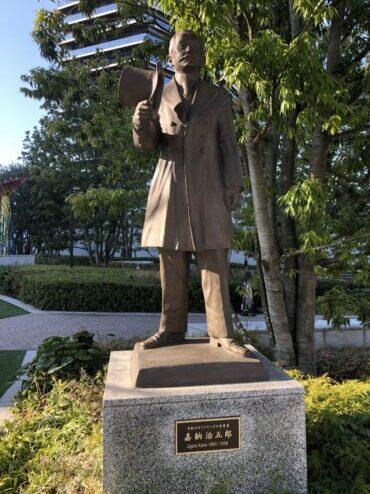 オリンピックミュージアム前銅像